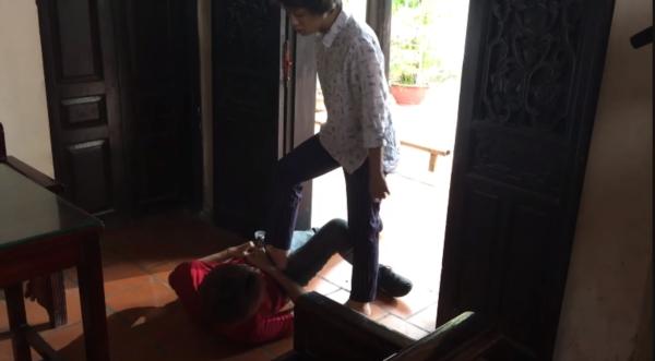 Lộ clip hậu trường phim Về nhà đi con, Ánh Dương bị con trai cô Hạnh bán hoa sàm sỡ - Ảnh 3