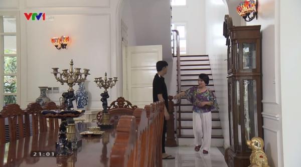 Phim Về nhà đi con tập 58: Dương sốc, dầm mưa sau nhìn thấy chú Quốc hôn chị Huệ - Ảnh 1