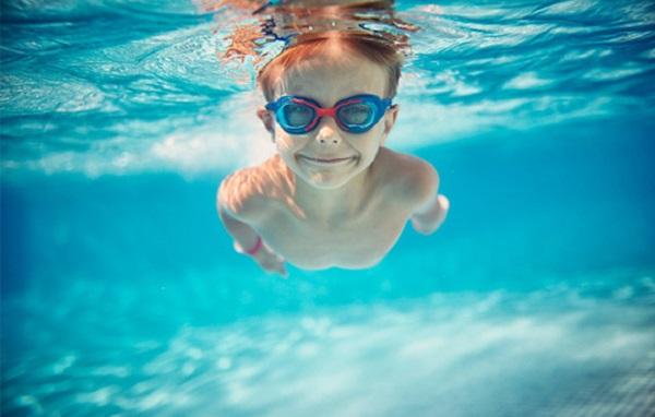 Cách phòng bệnh khi cho trẻ đi bơi ngày nắng nóng - Ảnh 1