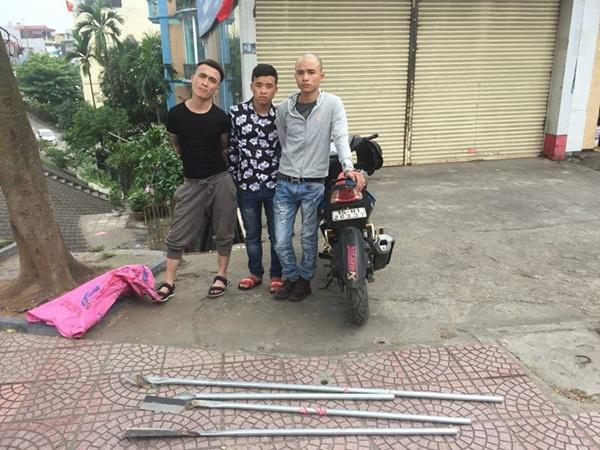 """CSGT Hà Nội quật ngã 3 thanh niên cầm mã tấu """"lượn phố"""" - Ảnh 1"""