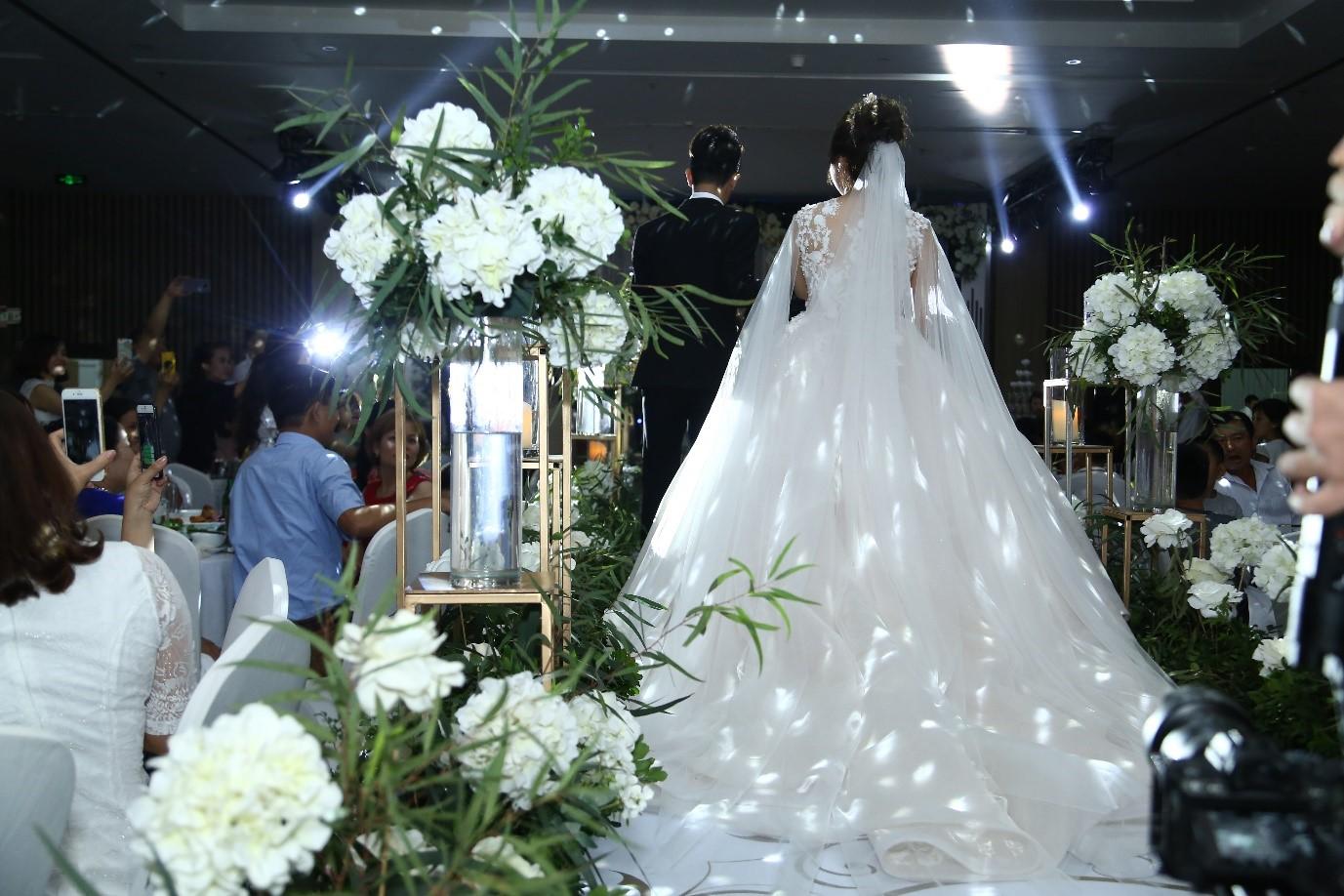 Truy tìm chủ nhân của chiếc váy 25.000 USD được cư dân chia sẻ trong suốt tuần vừa qua  - Ảnh 10