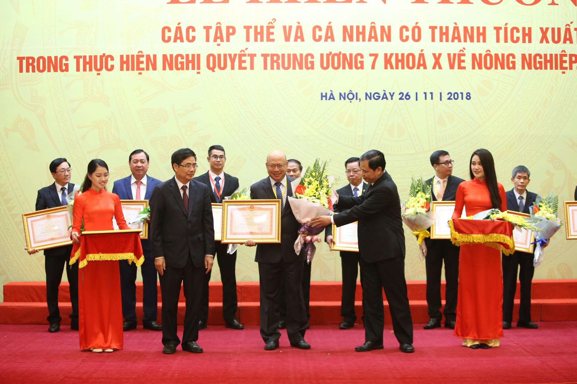 Vinamilk nhận bằng khen của Thủ tướng Chính Phủ về phát triển tam nông bền vững - Ảnh 1