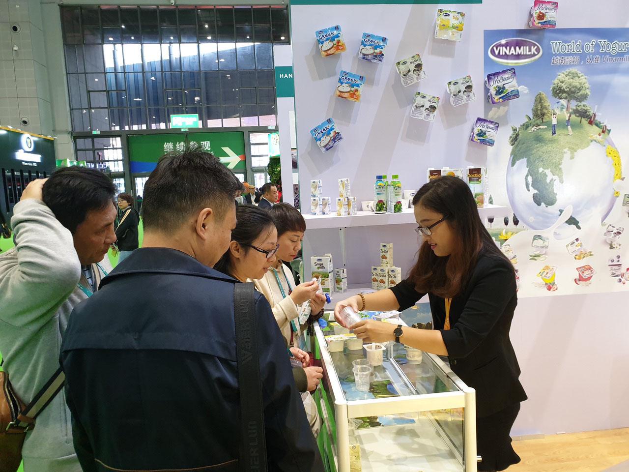 Các sản phẩm sữa của Vinamilk được người tiêu dùng ưa chuộng tại Hội chợ nhập khẩu quốc tế Trung Quốc lần thứ nhất tại Thượng Hải - Ảnh 2