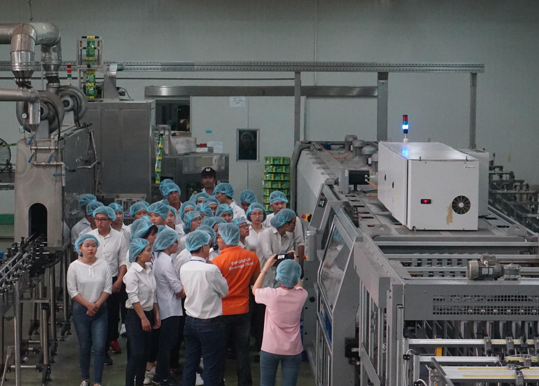 Sinh viên thích thú khi thăm quan công nghệ Aseptic tại nhà máy của Tân Hiệp Phát - Ảnh 1