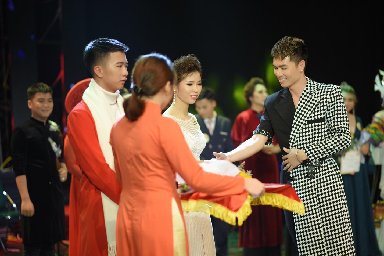 Nam vương Trường Tashi lịch lãm khi tham gia làm BGK cuộc thi Giọng ca vàng doanh nhân 2018 - Ảnh 5
