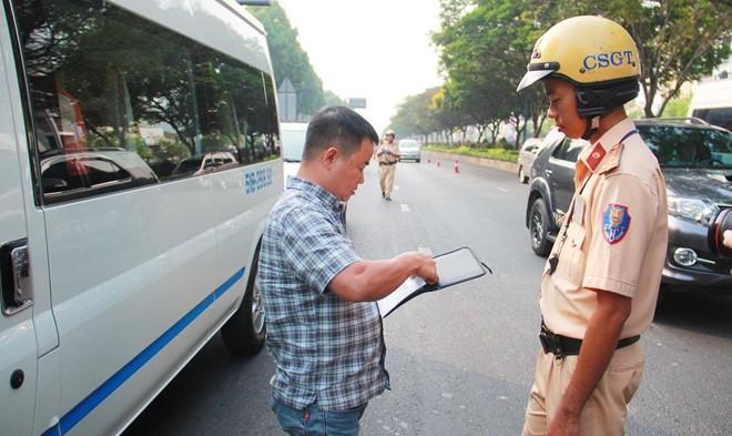 Tài xế ngỡ ngàng bị phạt vì phù hiệu xe không đúng quy định - Ảnh 1