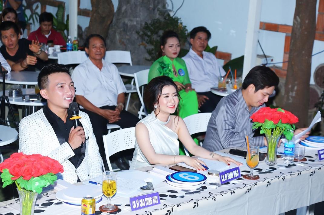 """Cao Tùng Huy ngồi ghế nóng BGK khách mời """"Ngôi Sao Tiếng Hát Đại Dương"""" mùa đầu tiên - Ảnh 2"""
