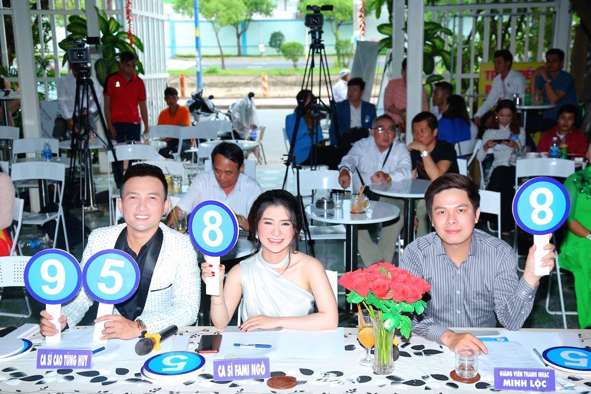 """Cao Tùng Huy ngồi ghế nóng BGK khách mời """"Ngôi Sao Tiếng Hát Đại Dương"""" mùa đầu tiên - Ảnh 3"""