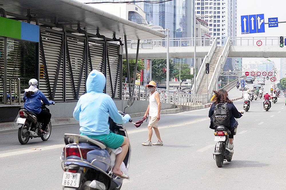 Người dân Hà Nội đi bộ qua đường vô tội vạ dù có thể bị phạt tù - Ảnh 10