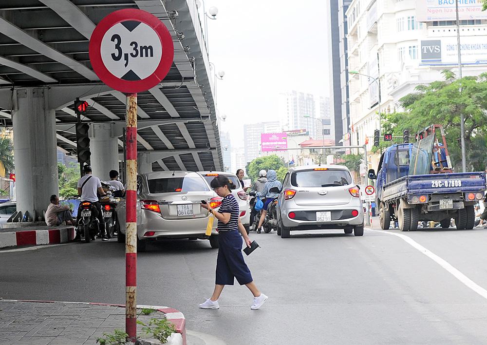Người dân Hà Nội đi bộ qua đường vô tội vạ dù có thể bị phạt tù - Ảnh 12