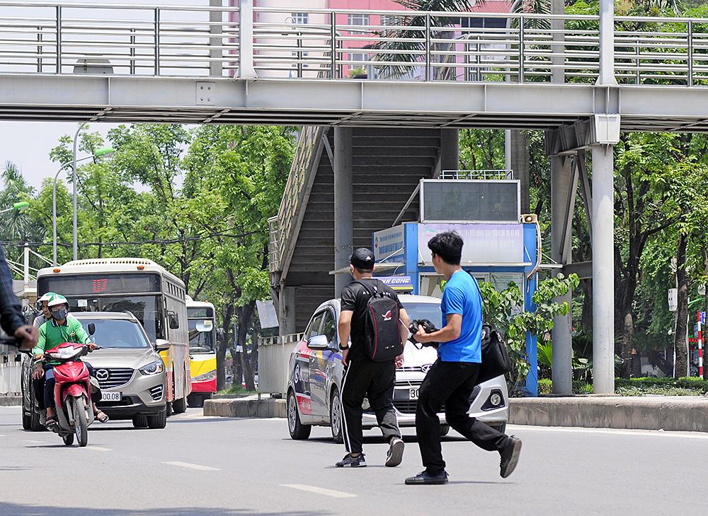 Người dân Hà Nội đi bộ qua đường vô tội vạ dù có thể bị phạt tù - Ảnh 2