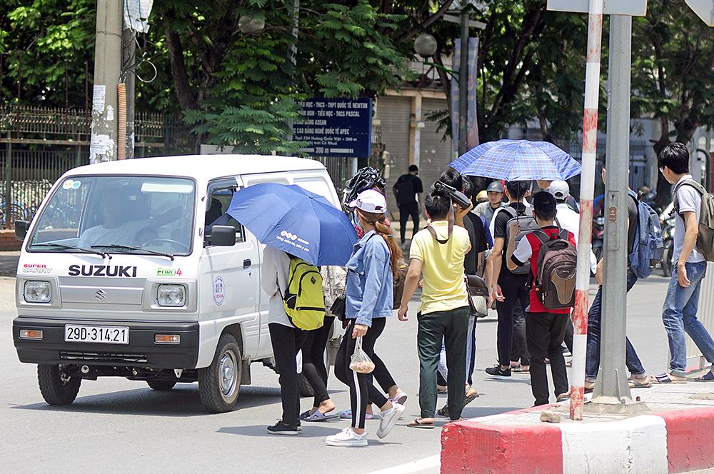Người dân Hà Nội đi bộ qua đường vô tội vạ dù có thể bị phạt tù - Ảnh 3