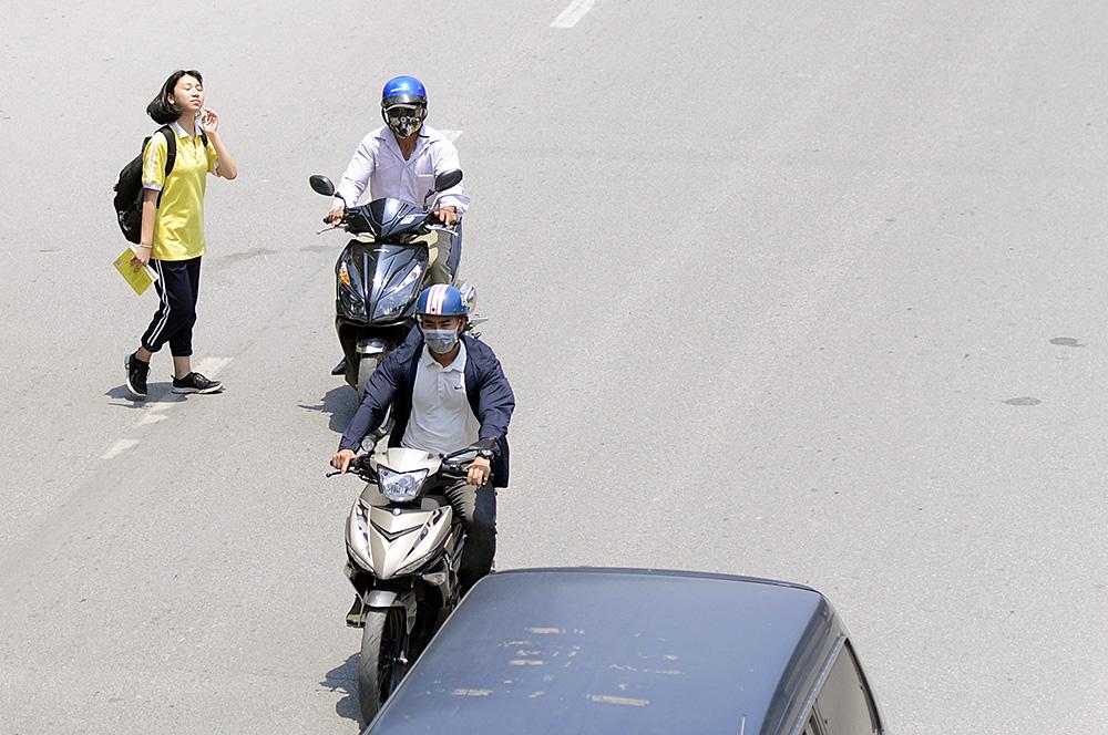 Người dân Hà Nội đi bộ qua đường vô tội vạ dù có thể bị phạt tù - Ảnh 5