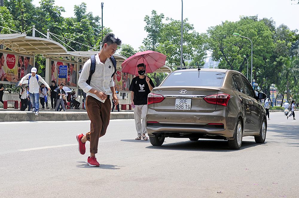 Người dân Hà Nội đi bộ qua đường vô tội vạ dù có thể bị phạt tù - Ảnh 7