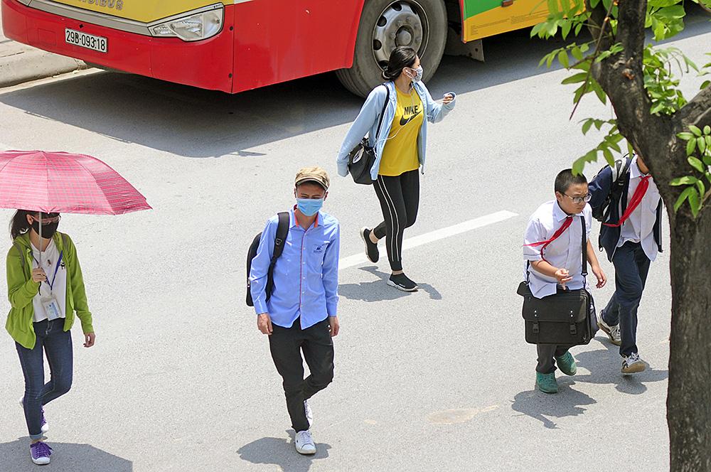 Người dân Hà Nội đi bộ qua đường vô tội vạ dù có thể bị phạt tù - Ảnh 8