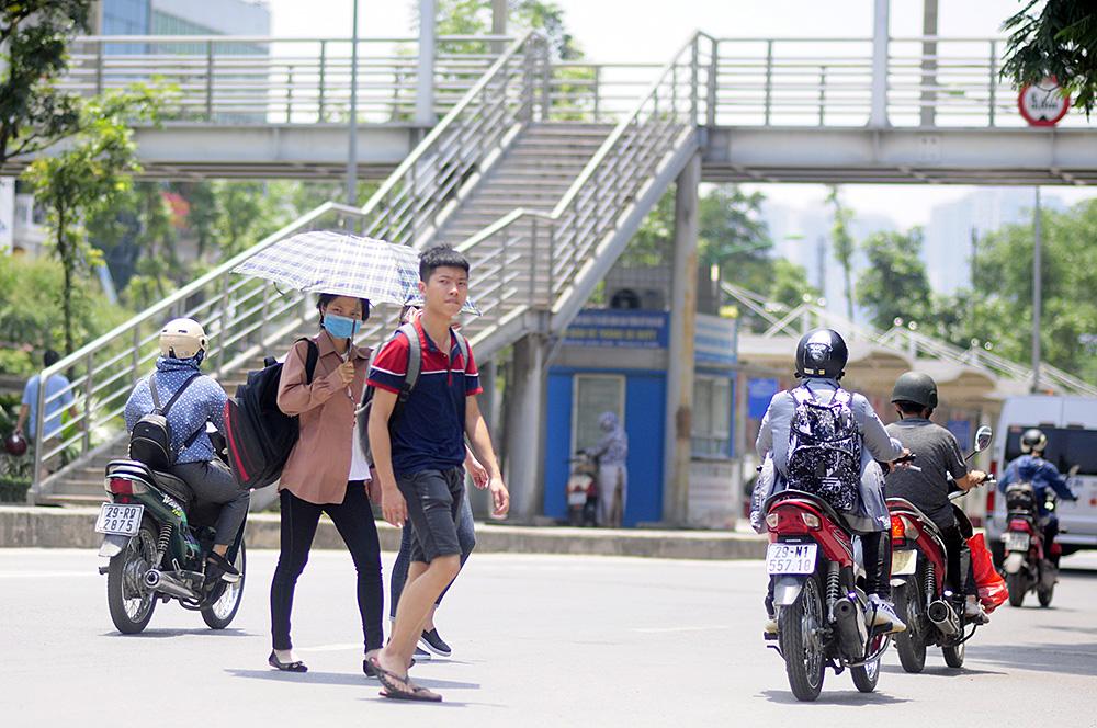 Người dân Hà Nội đi bộ qua đường vô tội vạ dù có thể bị phạt tù - Ảnh 1