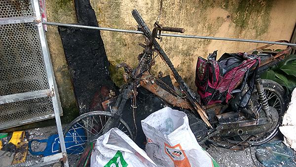 Vụ con rể cũ chém bố vợ rồi đốt nhà ở Hà Nội: Cận cảnh hiện trường tan hoang - Ảnh 2