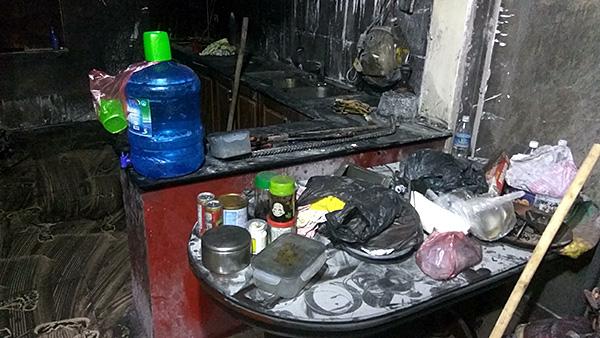 Vụ con rể cũ chém bố vợ rồi đốt nhà ở Hà Nội: Cận cảnh hiện trường tan hoang - Ảnh 5
