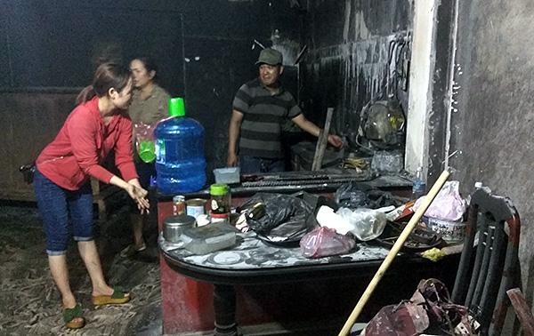 Vụ con rể cũ chém bố vợ rồi đốt nhà ở Hà Nội: Cận cảnh hiện trường tan hoang - Ảnh 8