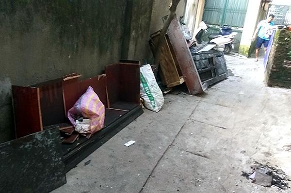 Vụ con rể cũ chém bố vợ rồi đốt nhà ở Hà Nội: Cận cảnh hiện trường tan hoang - Ảnh 10
