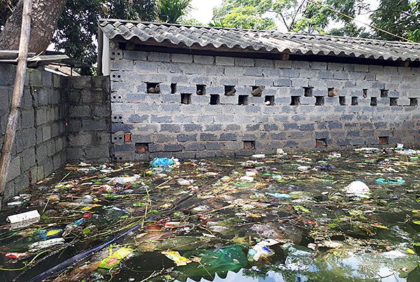 """Người dân ngoại thành Hà Nội bị bủa vây trong """"lũ rác"""" - Ảnh 6"""