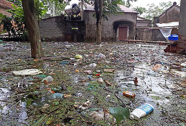 """Người dân ngoại thành Hà Nội bị bủa vây trong """"lũ rác"""" - Ảnh 9"""