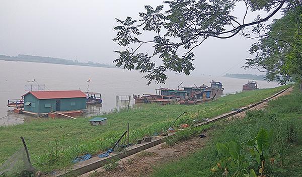 """""""Cát tặc"""" thản nhiên hoành hành trên sông Hồng bất chấp chỉ đạo của Chủ tịch Hà Nội - Ảnh 2"""