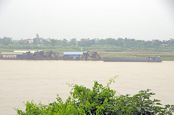 """""""Cát tặc"""" thản nhiên hoành hành trên sông Hồng bất chấp chỉ đạo của Chủ tịch Hà Nội - Ảnh 3"""