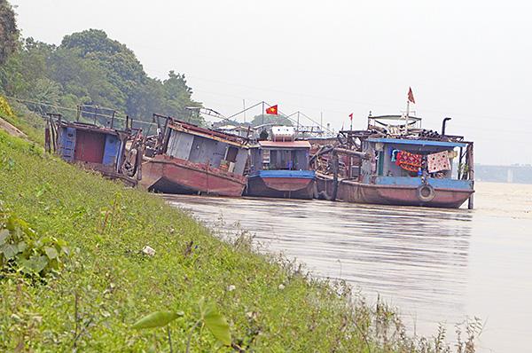 """""""Cát tặc"""" thản nhiên hoành hành trên sông Hồng bất chấp chỉ đạo của Chủ tịch Hà Nội - Ảnh 5"""