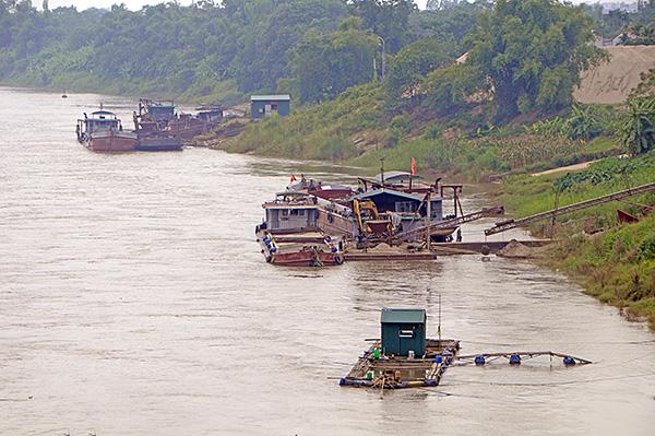"""""""Cát tặc"""" thản nhiên hoành hành trên sông Hồng bất chấp chỉ đạo của Chủ tịch Hà Nội - Ảnh 7"""