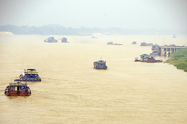 """""""Cát tặc"""" thản nhiên hoành hành trên sông Hồng bất chấp chỉ đạo của Chủ tịch Hà Nội - Ảnh 10"""