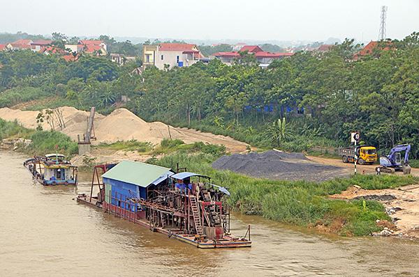 """""""Cát tặc"""" thản nhiên hoành hành trên sông Hồng bất chấp chỉ đạo của Chủ tịch Hà Nội - Ảnh 8"""