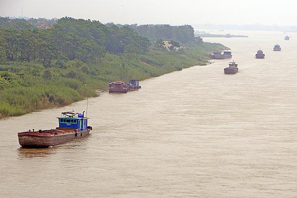 """""""Cát tặc"""" thản nhiên hoành hành trên sông Hồng bất chấp chỉ đạo của Chủ tịch Hà Nội - Ảnh 13"""