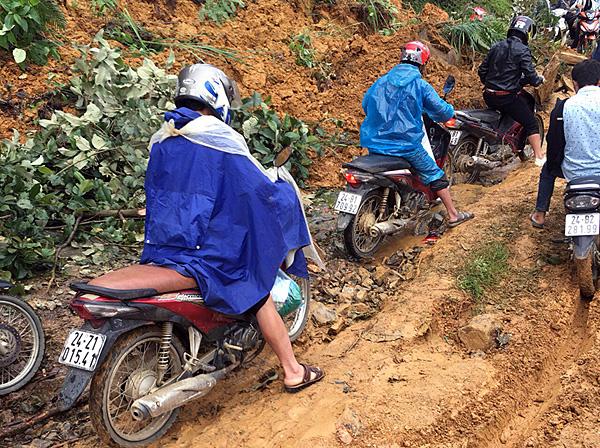 Mưa lớn gây ngập úng và sạt lở quốc lộ 4 ở Lào Cai - Ảnh 1