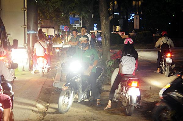 Gần nửa đêm, một số tuyến đường Hà Nội vẫn ùn tắc do người dân đi nghỉ lễ 2/9 - Ảnh 7