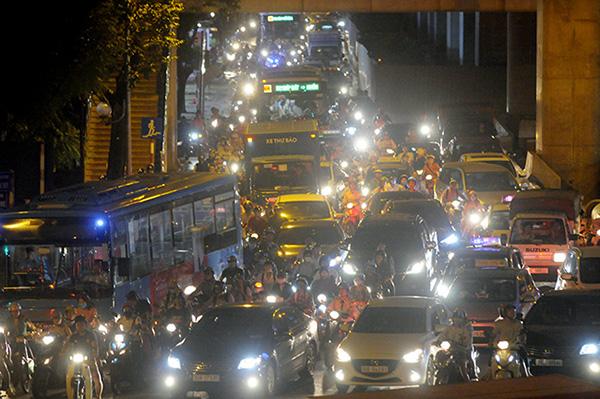 Gần nửa đêm, một số tuyến đường Hà Nội vẫn ùn tắc do người dân đi nghỉ lễ 2/9 - Ảnh 10