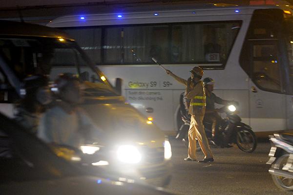 Gần nửa đêm, một số tuyến đường Hà Nội vẫn ùn tắc do người dân đi nghỉ lễ 2/9 - Ảnh 11