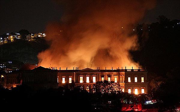 Bảo tàng 200 năm tuổi bị nhấn chìm trong biển lửa tại Brazil - Ảnh 2