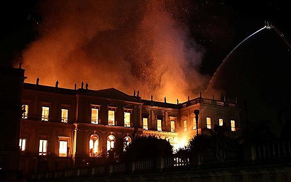 Bảo tàng 200 năm tuổi bị nhấn chìm trong biển lửa tại Brazil - Ảnh 4