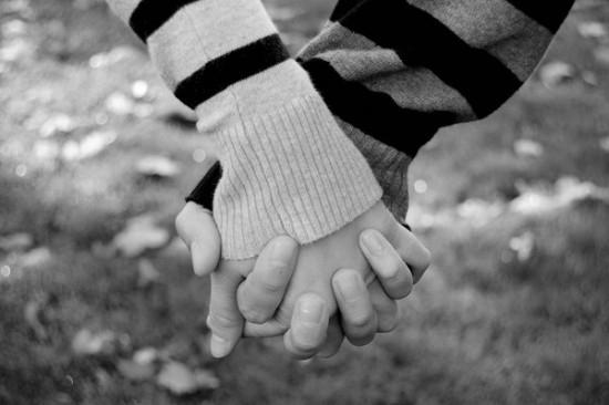 Giải mã cảm xúc: Cách nắm tay tiết lộ người đó có thực sự yêu bạn - Ảnh 1
