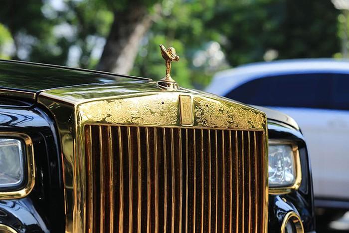 """""""Choáng"""" với Rolls-Royce Phantom rồng vàng 35 tỷ bất ngờ xuất hiện ở Hải Phòng - Ảnh 2"""