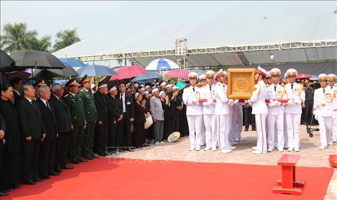 Tổng Bí thư Nguyễn Phú Trọng và các lãnh đạo Đảng, Nhà nước thả nắm đất tiễn biệt cố Tổng Bí thư Đỗ Mười - Ảnh 3