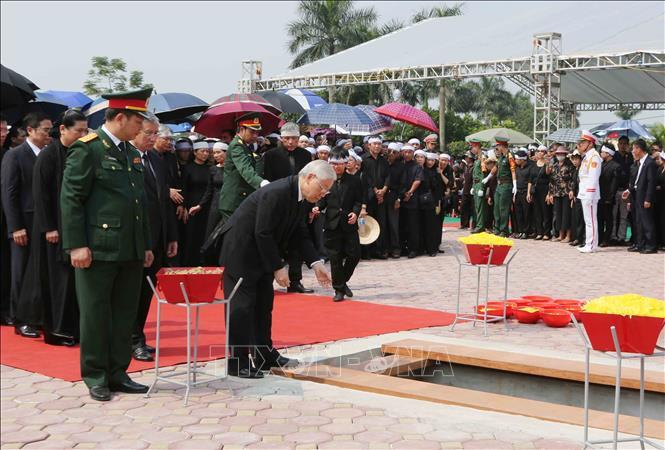 Tổng Bí thư Nguyễn Phú Trọng và các lãnh đạo Đảng, Nhà nước thả nắm đất tiễn biệt cố Tổng Bí thư Đỗ Mười - Ảnh 6