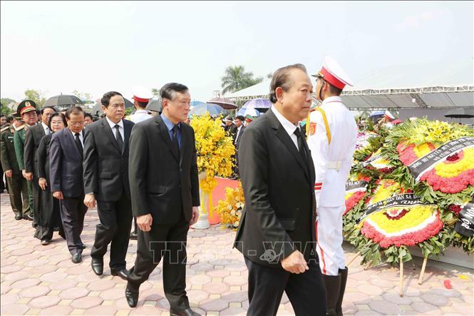 Tổng Bí thư Nguyễn Phú Trọng và các lãnh đạo Đảng, Nhà nước thả nắm đất tiễn biệt cố Tổng Bí thư Đỗ Mười - Ảnh 7