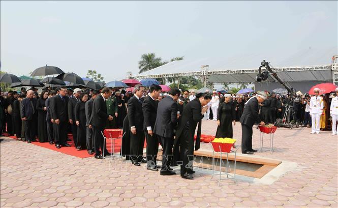 Tổng Bí thư Nguyễn Phú Trọng và các lãnh đạo Đảng, Nhà nước thả nắm đất tiễn biệt cố Tổng Bí thư Đỗ Mười - Ảnh 8