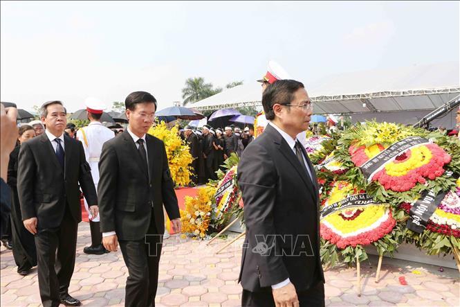 Tổng Bí thư Nguyễn Phú Trọng và các lãnh đạo Đảng, Nhà nước thả nắm đất tiễn biệt cố Tổng Bí thư Đỗ Mười - Ảnh 9