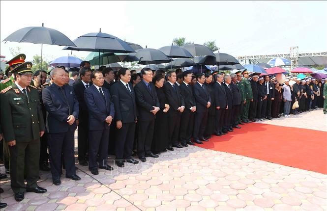 Tổng Bí thư Nguyễn Phú Trọng và các lãnh đạo Đảng, Nhà nước thả nắm đất tiễn biệt cố Tổng Bí thư Đỗ Mười - Ảnh 1