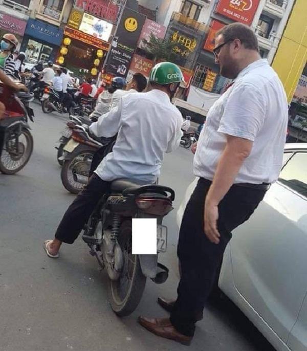 Hình ảnh hài hước: Tài xế Grab nhỏ bé chở người đàn ông ngoại quốc trên phố - Ảnh 1