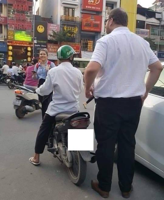 Hình ảnh hài hước: Tài xế Grab nhỏ bé chở người đàn ông ngoại quốc trên phố - Ảnh 2