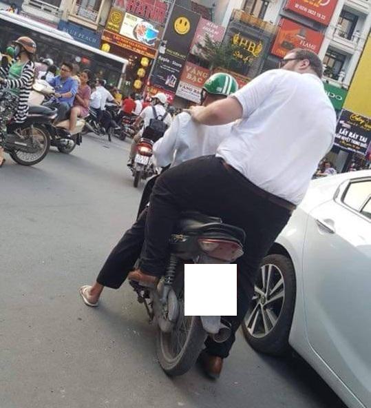 Hình ảnh hài hước: Tài xế Grab nhỏ bé chở người đàn ông ngoại quốc trên phố - Ảnh 3